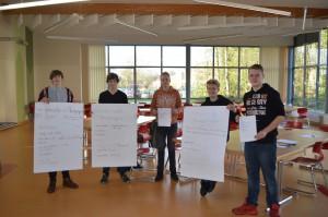 Wilke, Gerrit, Hilko, Tim und Lars präsentieren die Ergebnisse des Vormittages.